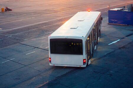 Аэропорт автобус в фартуке утром в аэропорту возле строящегося терминала