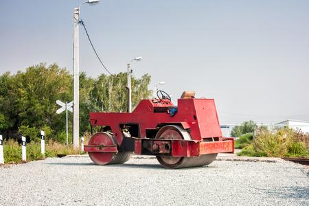 Два колеса тандемный каток на железнодорожном переезде