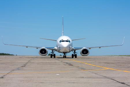 Самолет движется по рулежной дорожке в жаркий летний день