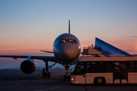 Самолет и автобус на перрон рано утром