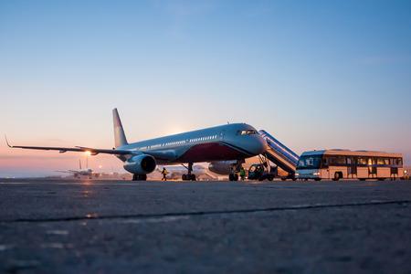 Самолеты на перрон рано утром Фото со стока - 67081447
