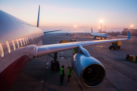 Рано утром наземное обслуживание самолета