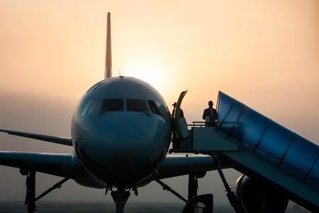 Самолет вид крупным планом фронта в тумане