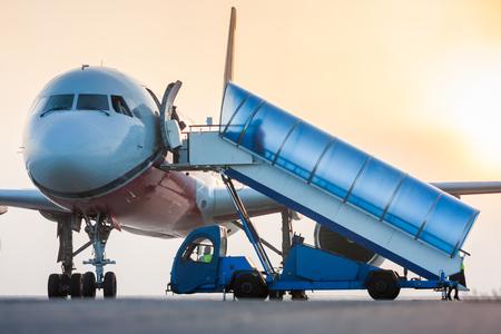 Посадка в самолет рано туманное утро