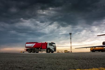 Самолет fueler на пасмурным утром перрон Фото со стока