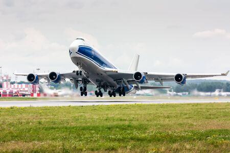 Décollage de la grande avion cargo du corps