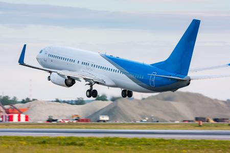 Взлет пассажирский самолет