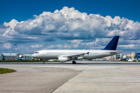 Самолет на взлетно-посадочной полосы с красивой фактурной небо