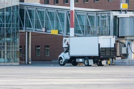 Аэропорт питание грузовик рядом с пассажирским трапом