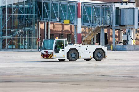 Самолет эвакуатор возле пассажирского трапа