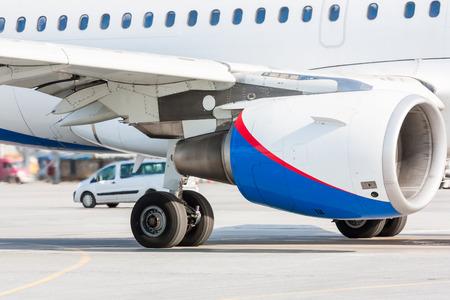 Крупный план авиационного двигателя, основного шасси и части крыла