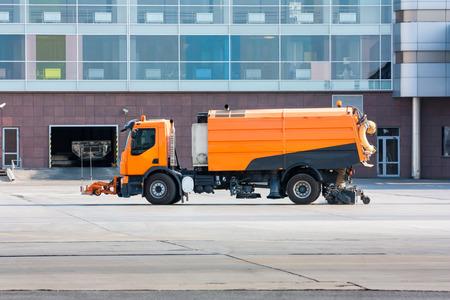 air cleaner: barredora de succión cerca de la terminal del aeropuerto