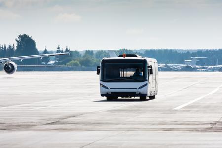 Автобус до аэропорта на МРД Фото со стока