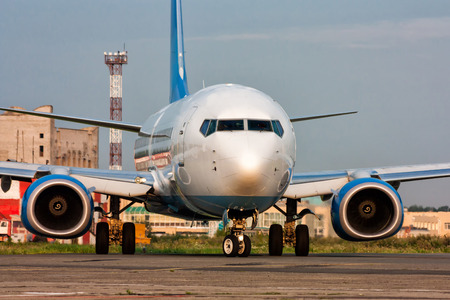 Самолет включает взлетно-посадочной полосы Фото со стока