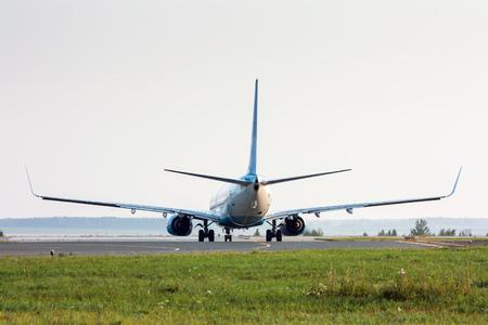 Самолет включает взлетно-посадочной полосы. Вид сзади