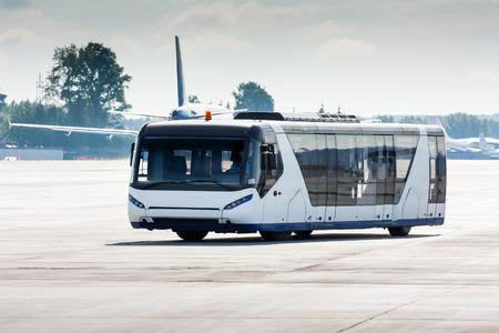 Аэропорт автобус на перроне Фото со стока - 67372664