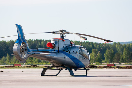 Одномоторный легкий вертолет на перрон