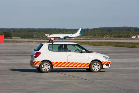 автомобиль ждет самолет на перрон Фото со стока