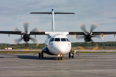 Руление турбовинтовой самолет с взлетно-посадочной полосы