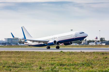 Взлет пассажирский самолет на взлетно-посадочной полосы Фото со стока