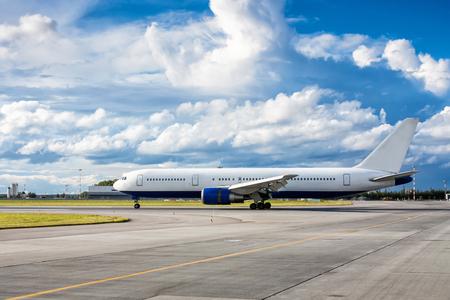 Пассажирский самолет на взлетно-посадочной полосы Фото со стока