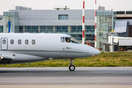 Фронт частного самолета на рулежной дорожке Фото со стока