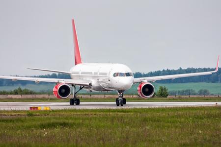 Выруливает самолет с взлетно-посадочной полосы Фото со стока