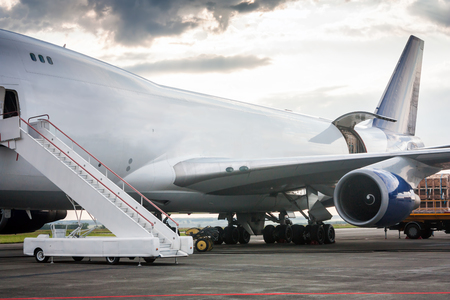 Разгрузка широкий кузов грузовой самолет Фото со стока
