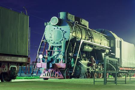 Старый паровоз в ночное время