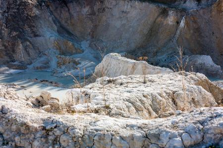В нижней части заброшенный карьер белой глины