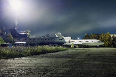 техническое обслуживание самолетов на технической базе авиации в ночное время Фото со стока - 66635157