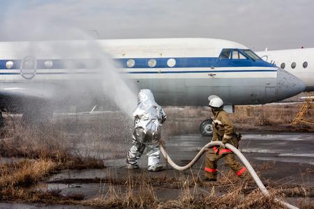 Заполните самолет с противопожарным пеной после аварийной посадки