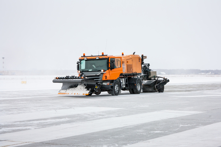 Snow machine for universal cleaning on the winter runway
