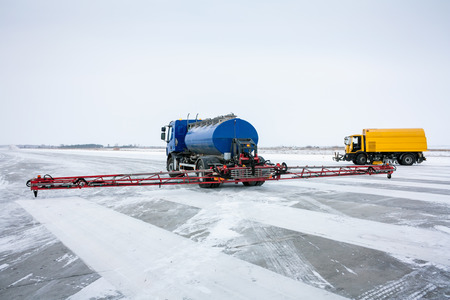 The machine for the distribution of liquid anti-icing reagents on runway and sweeper-vacuum machine on the airfield