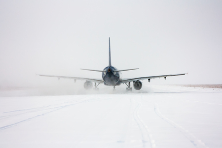 Taxiing passenger aircraft in a snow blizzard Фото со стока - 95238982