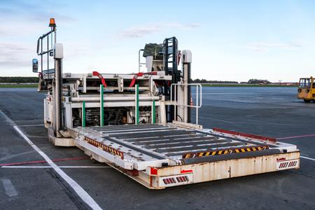 Conteneur d'avion et chargeur de palette à l'aire de trafic de l'aéroport Banque d'images