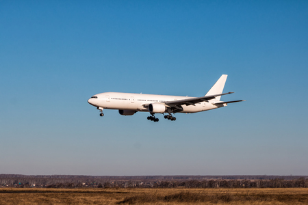 Atterraggio aereo passeggeri a fusoliera larga bianca