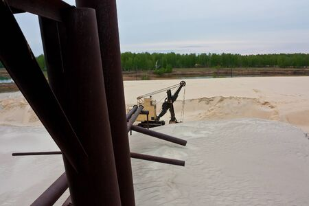 Sand quarry with excavator inside 版權商用圖片 - 147767218
