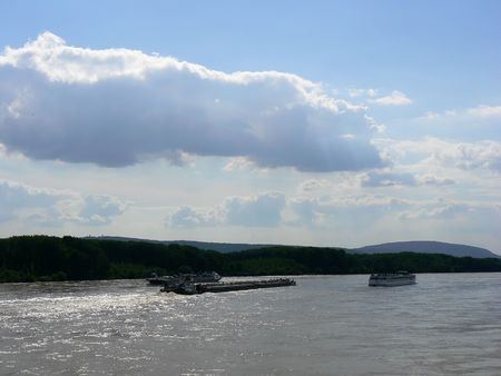 repetitious: Heavy sky and flooded Danube