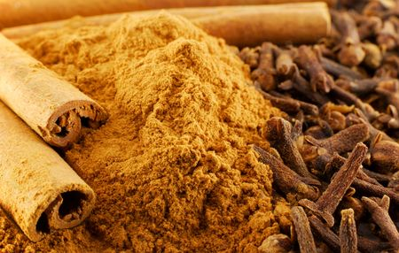 savour: Macro of cinnamon and clove (spice, herb)