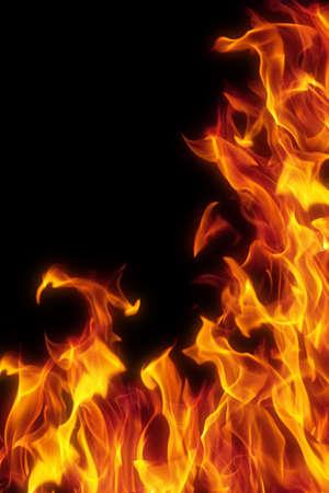 infierno: llama sobre fondo negro aislado Foto de archivo