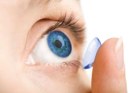 eye wear: hermoso ojo humano y de lentes de contacto aislado
