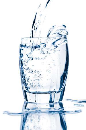 acqua vetro: spruzzi d'acqua in vetro isolato