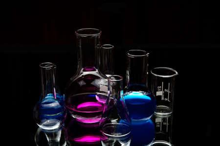 material de vidrio: equipo de laboratorio qu�mico sobre negro  Foto de archivo