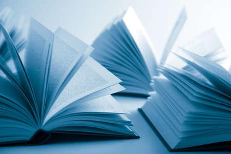libros abiertos: abrir libros  Foto de archivo