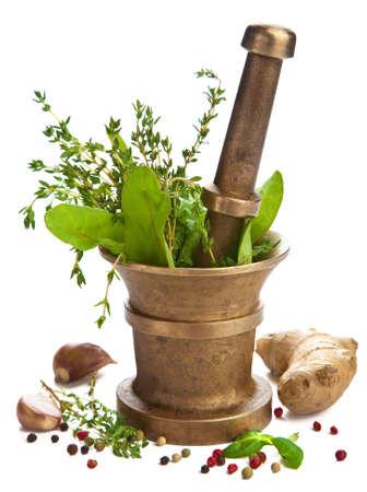 medicina: mortero con hierbas aislado Foto de archivo