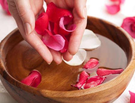 mujer con rosas: Spa para manos  Foto de archivo