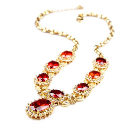 collier en or avec des pierres précieuses isolé