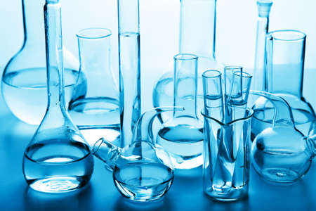 cristalería: cristaler�a de laboratorio qu�mico Foto de archivo