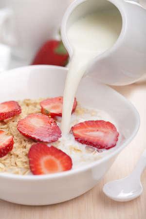 cereal: cereal con fresas frescas Foto de archivo